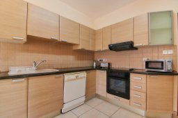 Кухня. Кипр, Пафос город : Апартамент в комплексе с бассейном, с гостиной, отдельной спальней и балконом
