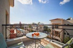 Балкон. Кипр, Пафос город : Апартамент в комплексе с бассейном, с гостиной, отдельной спальней и балконом