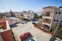 Вид. Кипр, Пафос город : Апартамент в комплексе с бассейном, с гостиной, отдельной спальней и балконом