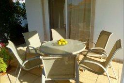Обеденная зона. Кипр, Корал Бэй : Прекрасная вилла с бассейном и зеленым двориком с барбекю, 3 спальни, 2 ванные комнаты, парковка, Wi-Fi