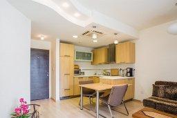 Кухня. Кипр, Гермасойя Лимассол : Апартамент в комплексе с бассейном и в 50 метрах от пляжа, с гостиной, двумя спальнями, двумя ванными комнатами и балконом