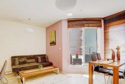 Гостиная. Кипр, Гермасойя Лимассол : Апартамент в комплексе с бассейном и в 50 метрах от пляжа, с гостиной, двумя спальнями, двумя ванными комнатами и балконом