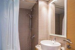 Ванная комната. Кипр, Гермасойя Лимассол : Апартамент в комплексе с бассейном и в 50 метрах от пляжа, с гостиной, двумя спальнями, двумя ванными комнатами и балконом