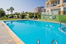 Бассейн. Кипр, Гермасойя Лимассол : Апартамент в комплексе с бассейном и в 50 метрах от пляжа, с гостиной, двумя спальнями, двумя ванными комнатами и балконом