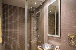 Ванная комната 2. Кипр, Гермасойя Лимассол : Апартамент в комплексе с бассейном и в 50 метрах от пляжа, с гостиной, двумя спальнями, двумя ванными комнатами и балконом
