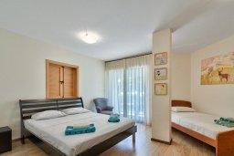Спальня. Кипр, Мутаяка Лимассол : Апартамент с гостиной, отдельной спальней и террасой