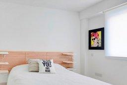 Спальня. Кипр, Айос Тихонас Лимассол : Роскошный апартамент в 20 метрах от пляжа, с просторной гостиной, двумя спальнями и патио