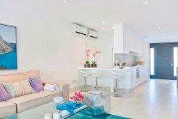 Гостиная. Кипр, Айос Тихонас Лимассол : Роскошный апартамент в 20 метрах от пляжа, с просторной гостиной, двумя спальнями и патио