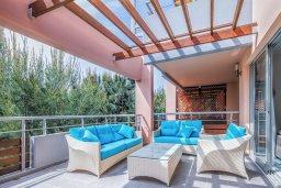 Патио. Кипр, Айос Тихонас Лимассол : Двухуровневый апартамент в комплексе с бассейном, с просторной гостиной, двумя спальнями, двумя ванными комнатами и патио