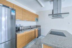 Кухня. Кипр, Айос Тихонас Лимассол : Двухуровневый апартамент в комплексе с бассейном, с просторной гостиной, двумя спальнями, двумя ванными комнатами и патио
