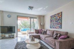 Гостиная. Кипр, Айос Тихонас Лимассол : Двухуровневый апартамент в комплексе с бассейном, с просторной гостиной, двумя спальнями, двумя ванными комнатами и патио