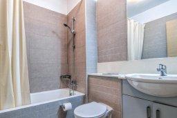 Ванная комната. Кипр, Айос Тихонас Лимассол : Двухуровневый апартамент в комплексе с бассейном, с просторной гостиной, двумя спальнями, двумя ванными комнатами и патио