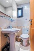 Туалет. Кипр, Центр Лимассола : Прекрасный таунхаус в комплексе с двумя бассейнами, 2 спальни, 2 ванные комнаты, парковка, Wi-Fi