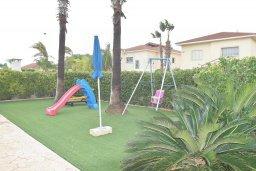 Территория. Кипр, Декелия - Ороклини : Прекрасная вилла в 50 метрах от пляжа с бассейном и зеленым двориком с барбекю, 4 спальни, 3 ванные комнаты, парковка, Wi-Fi