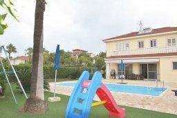 Фасад дома. Кипр, Декелия - Ороклини : Прекрасная вилла в 50 метрах от пляжа с бассейном и зеленым двориком с барбекю, 4 спальни, 3 ванные комнаты, парковка, Wi-Fi