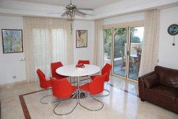 Обеденная зона. Кипр, Лачи : Современная вилла в 50 метрах от пляжа с бассейном и зеленым двориком, 4 спальни, 3 ванные комнаты, сауна, парковка, Wi-Fi