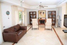 Гостиная. Кипр, Лачи : Современная вилла в 50 метрах от пляжа с бассейном и зеленым двориком, 4 спальни, 3 ванные комнаты, сауна, парковка, Wi-Fi