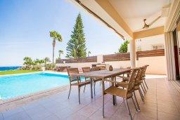 Обеденная зона. Кипр, Каппарис : Роскошная вилла в 50 метрах от пляжа с бассейном и зеленой территорией, 5 спален, 5 ванных комнат, барбекю, парковка, Wi-Fi