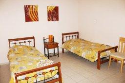 Спальня. Кипр, Центр Айя Напы : Апартамент с гостиной, отдельной спальней и балконом