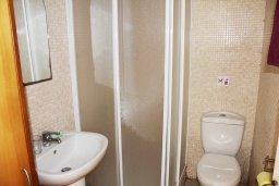 Ванная комната. Кипр, Центр Айя Напы : Апартамент с гостиной, отдельной спальней и балконом