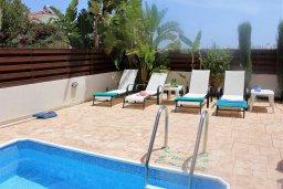 Зона отдыха у бассейна. Кипр, Каппарис : Уютная вилла с бассейном и двориком с барбекю, 3 спальни, 2 ванные комнаты, парковка, Wi-Fi