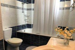 Ванная комната. Кипр, Паралимни : Двухэтажный таунхаус в комплексе с бассейном, 3 спальни, 2 ванные комнаты, парковка, Wi-Fi