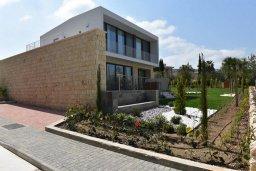 Фасад дома. Кипр, Лачи : Роскошная современная вилла в 100 метрах от пляжа с бассейном и зеленым двориком, 4 спальни, 3 ванные комнаты, барбекю, парковка, Wi-Fi