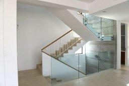 Лестница наверх. Кипр, Лачи : Роскошная современная вилла в 100 метрах от пляжа с бассейном и зеленым двориком, 4 спальни, 3 ванные комнаты, барбекю, парковка, Wi-Fi