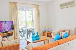 Гостиная. Кипр, Аргака : Уютная вилла с бассейном в 50 метрах от пляжа, 3 спальни, 2 ванные комнаты, барбекю, парковка, Wi-Fi