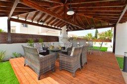 Патио. Кипр, Нисси Бич : Прекрасная вилла с бассейном и зеленым двориком с барбекю, 4 спальни, 2 ванные комнаты, патио, парковка, Wi-Fi