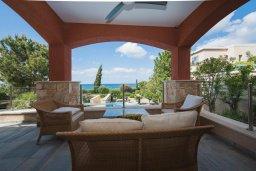Терраса. Кипр, Лачи : Современная вилла в 50 метрах от пляжа с бассейном и зеленым двориком, 5 спален, сауна, парковка, Wi-Fi