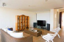 Гостиная. Кипр, Коннос Бэй : Современная вилла с патио и видом на море, 5 спален, 5 ванных комнат, парковка, Wi-Fi