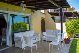 Патио. Кипр, Пернера : Прекрасная вилла в 50 метрах от пляжа с зеленым двориком, 4 спальни, 2 ванные комнаты, парковка, Wi-Fi