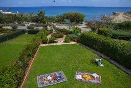 Территория. Кипр, Пернера : Прекрасная вилла в 50 метрах от пляжа с зеленым двориком, 4 спальни, 2 ванные комнаты, парковка, Wi-Fi