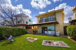 Фасад дома. Кипр, Пернера : Прекрасная вилла в 50 метрах от пляжа с зеленым двориком, 4 спальни, 2 ванные комнаты, парковка, Wi-Fi