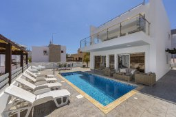 Фасад дома. Кипр, Фиг Три Бэй Протарас : Современная вилла с бассейном в 100 метрах от пляжа, просторная гостиная с большой кухней, 3 спальни, 3 ванные комнаты, патио, барбекю, парковка, Wi-Fi