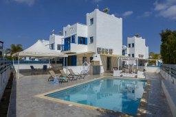 Фасад дома. Кипр, Пернера : Прекрасная вилла в 100 метрах от пляжа с бассейном и двориком с барбекю, 3 спальни, 2 ванные комнаты, парковка, Wi-Fi