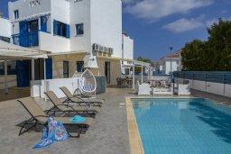 Бассейн. Кипр, Пернера : Прекрасная вилла в 100 метрах от пляжа с бассейном и двориком с барбекю, 3 спальни, 2 ванные комнаты, парковка, Wi-Fi