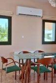 Обеденная зона. Кипр, Лачи : Роскошная современная вилла в 50 метрах от пляжа с бассейном и зеленым двориком, 5 спален, 4 ванные комнаты, барбекю, парковка, домашний кинотеатр, тренажерный зал, Wi-Fi