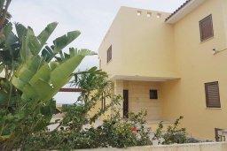 Фасад дома. Кипр, Декелия - Ороклини : Прекрасная пляжная вилла с бассейном и двориком с барбекю, 4 спальни, 3 ванные комнаты, парковка, Wi-Fi