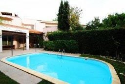 Бассейн. Кипр, Айос Тихонас Лимассол : Вилла с бассейном и зеленым двориком, с просторной гостиной, четырмя спальнями, двумя ванными комнатами