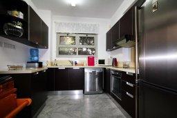 Кухня. Кипр, Айос Тихонас Лимассол : Вилла с бассейном и зеленым двориком, с просторной гостиной, четырмя спальнями, двумя ванными комнатами