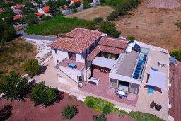 Фасад дома. Кипр, Пано Панагия : Прекрасная вилла с бассейном и зеленым двориком с барбекю, 6 спален, 6 ванных комнат, парковка, Wi-Fi