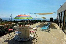 Территория. Кипр, Пано Панагия : Прекрасная вилла с бассейном и зеленым двориком с барбекю, 6 спален, 6 ванных комнат, парковка, Wi-Fi