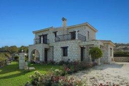 Фасад дома. Кипр, Пано-Акурдалия : Уютная вилла с бассейном и зеленым двориком с барбекю, 3 спальни, 3 ванные комнаты, парковка, Wi-Fi