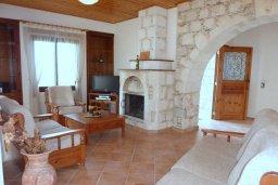 Гостиная. Кипр, Пано-Акурдалия : Уютная вилла с бассейном и зеленым двориком с барбекю, 3 спальни, 3 ванные комнаты, парковка, Wi-Fi