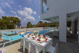 Зона отдыха у бассейна. Кипр, Фиг Три Бэй Протарас : Современная вилла с бассейном и патио на крыше, 5 спален, 4 ванные комнаты, парковка, Wi-Fi