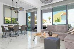 Гостиная. Кипр, Пернера : Современная вилла в 150 метрах от пляжа с бассейном и приватным двориком с барбекю, 3 спальни, 2 ванные комнаты, парковка, Wi-Fi