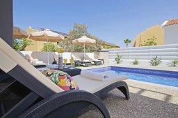 Зона отдыха у бассейна. Кипр, Пернера : Современная вилла в 150 метрах от пляжа с бассейном и приватным двориком с барбекю, 3 спальни, 2 ванные комнаты, парковка, Wi-Fi