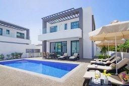Фасад дома. Кипр, Пернера : Современная вилла в 150 метрах от пляжа с бассейном и приватным двориком с барбекю, 3 спальни, 2 ванные комнаты, парковка, Wi-Fi